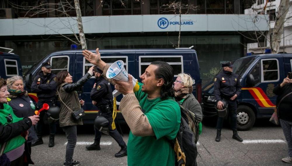Manifestación de la PAH frente a la sede del PP
