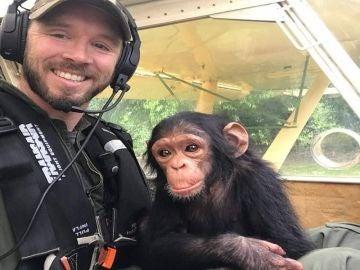 La chimpancé Mussa con su rescatador
