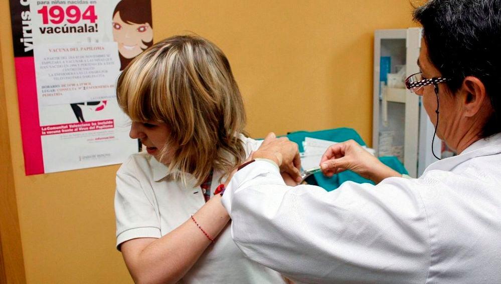 Una joven recibe la vacuna contra el virus del papiloma humano (VPH) en un centro de salud