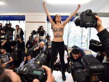 Activista de Femen frente a Berlusconi