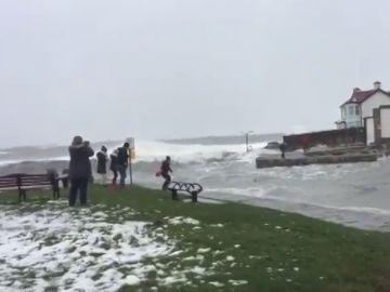El angustioso rescate de una mujer que se puso a nadar en el mar pleno temporal
