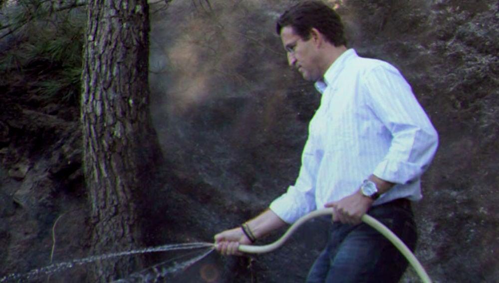 """SALVADOS - La imagen de Núñez Feijóo apagando un incendio con vaqueros y  náuticos en 2006: """"Es una metedura de pata"""""""