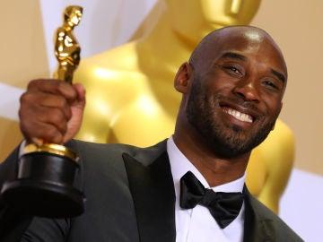 Kobe Bryant, feliz con su Oscar a Mejor Corto Animado