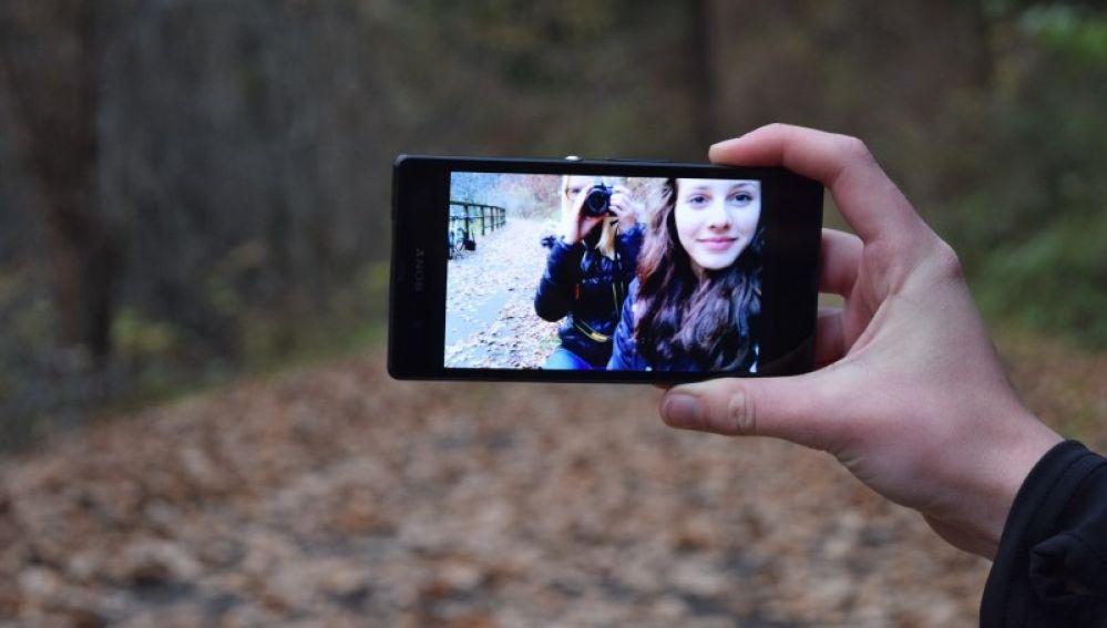 La distancia a la que colocas la cámara al sacarte un selfie influye en lo bien que saldrás en la foto