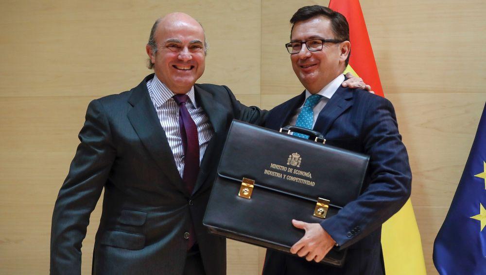 El ministro de Economía, Industria y Competitividad, Román Escolano, toma posesión de su cargo en un acto en el que su antecesor, Luis de Guindos, le traspasa la cartera del departamento