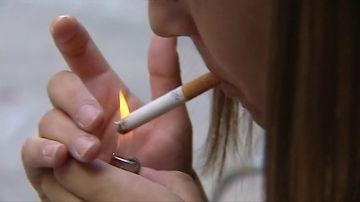 Una mujer fumando
