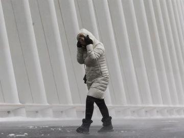 Una mujer se refugia del frío durante el temporal de Estados Unidos