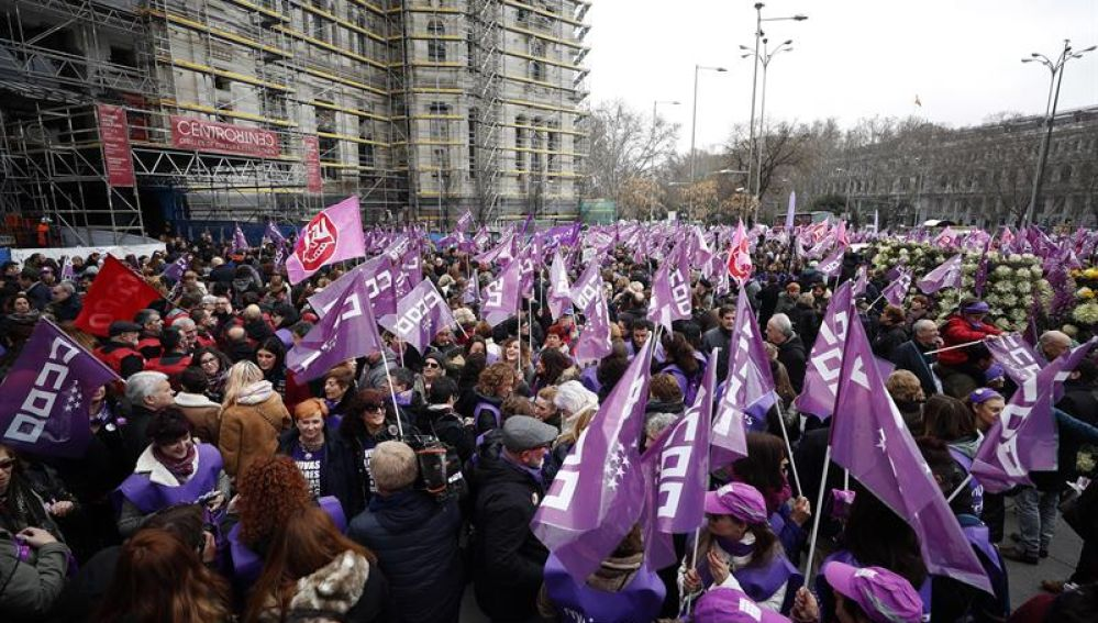 Concentración convocada por los sindicatos en la Plaza de la Cibeles
