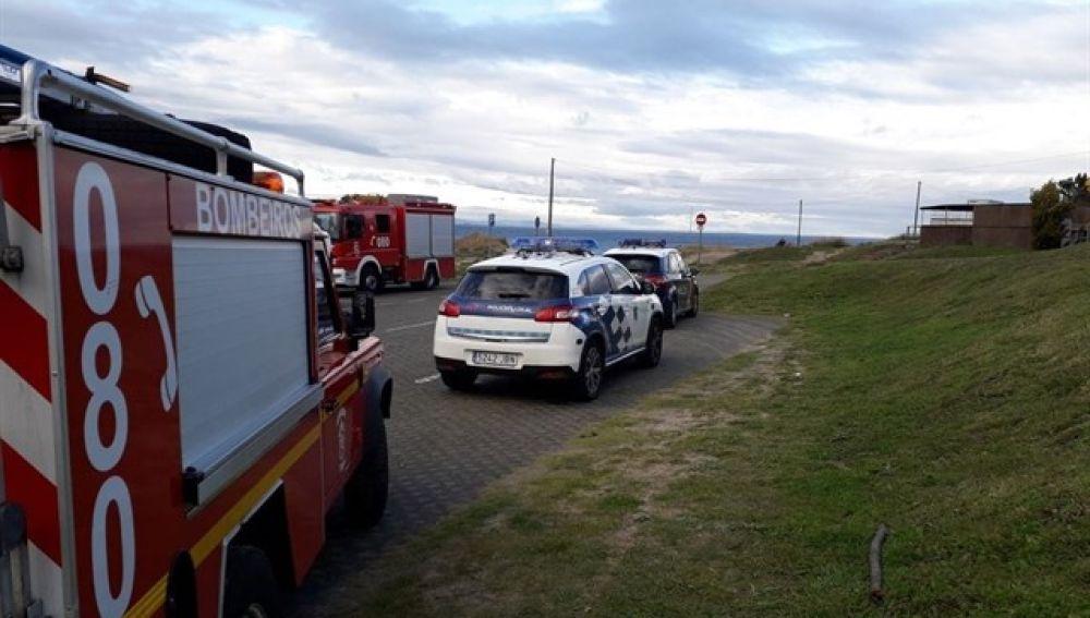 Efectivos de bomberos y policía en la playa de Doniños