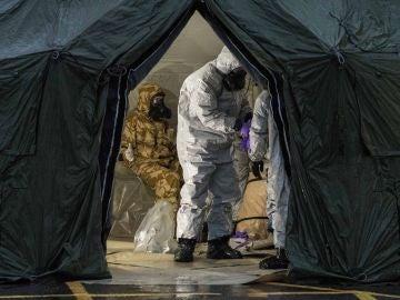 Militares buscan la sustancia con la que envenenaron al exespía ruso y su hija