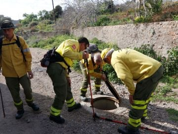 Agentes del INFOCA peinan la zona contigua al lugar de la localidad de Níjar donde desapareció Gabriel Cruz
