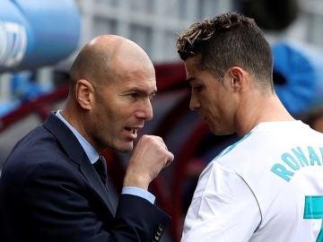 Zidane conversa con Cristiano en Ipurúa
