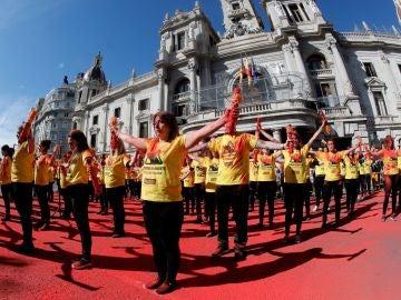 Activistas antitaurinos rompen banderillas ante la puerta de la Plaza del Ayuntamiento, en protesta contra la tauromaquia en la ciudad de Valencia