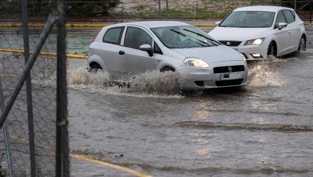 Vehículos en una calle inundada en Sevilla