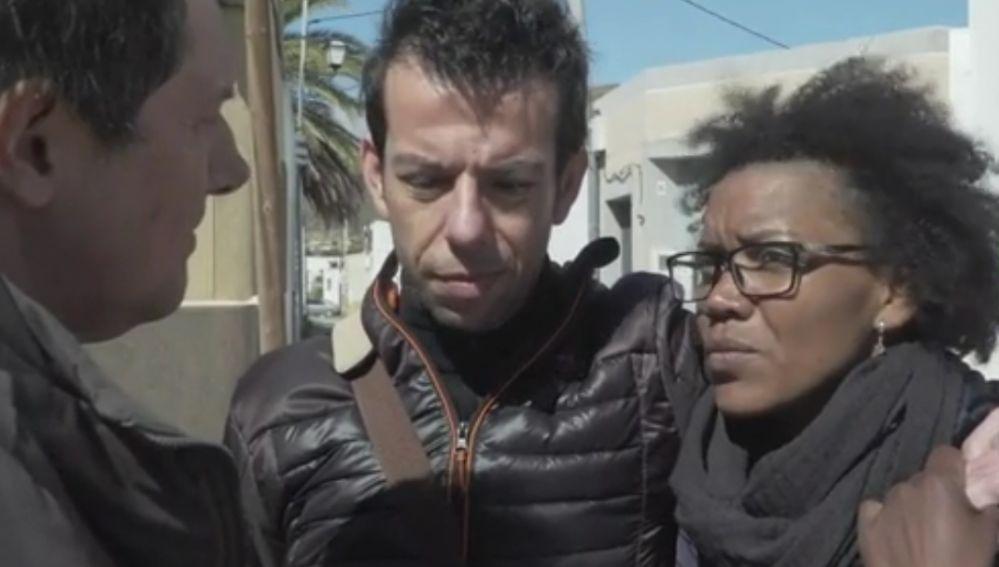 Momento de la entrevista al padre de Gabriel y su pareja un día antes de aparecer el cadáver