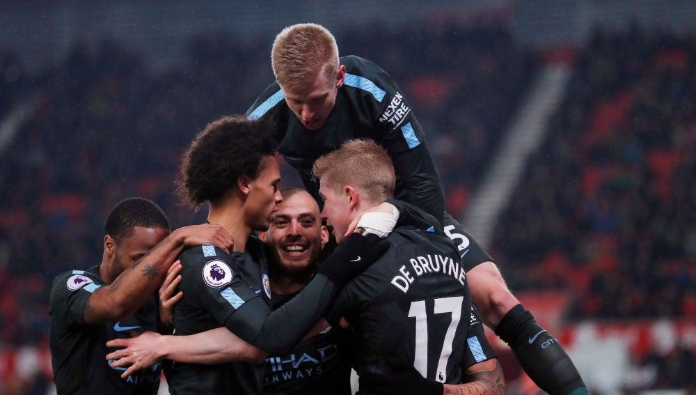 Silva celebra uno de sus goles ante el Stoke con sus compañeros