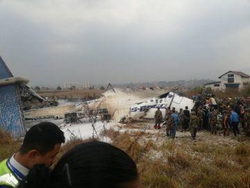Restos del avión que se ha estrellado en el aeropuerto de Katmandú