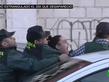 "VÍDEO REEMPLAZO | Vecinos de Vícar se abalanzan sobre el coche que transporta a Ana Julia Quezada: ""Asesina"""