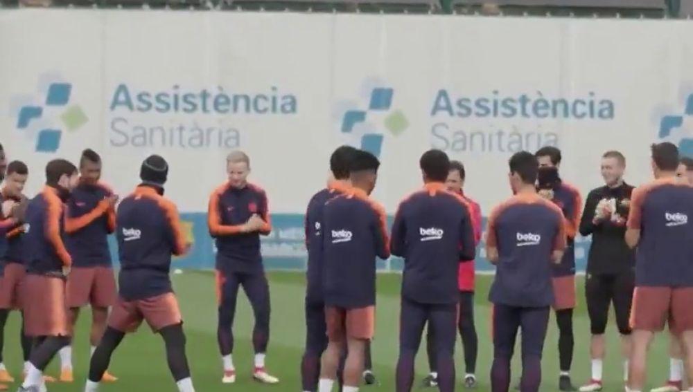 Los jugadores del Barça reciben a Messi con aplausos por el nacimiento de su hijo Ciro