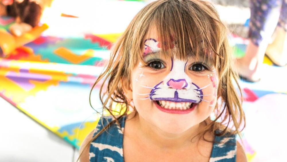 La ilusión de una niña con la cara pintada