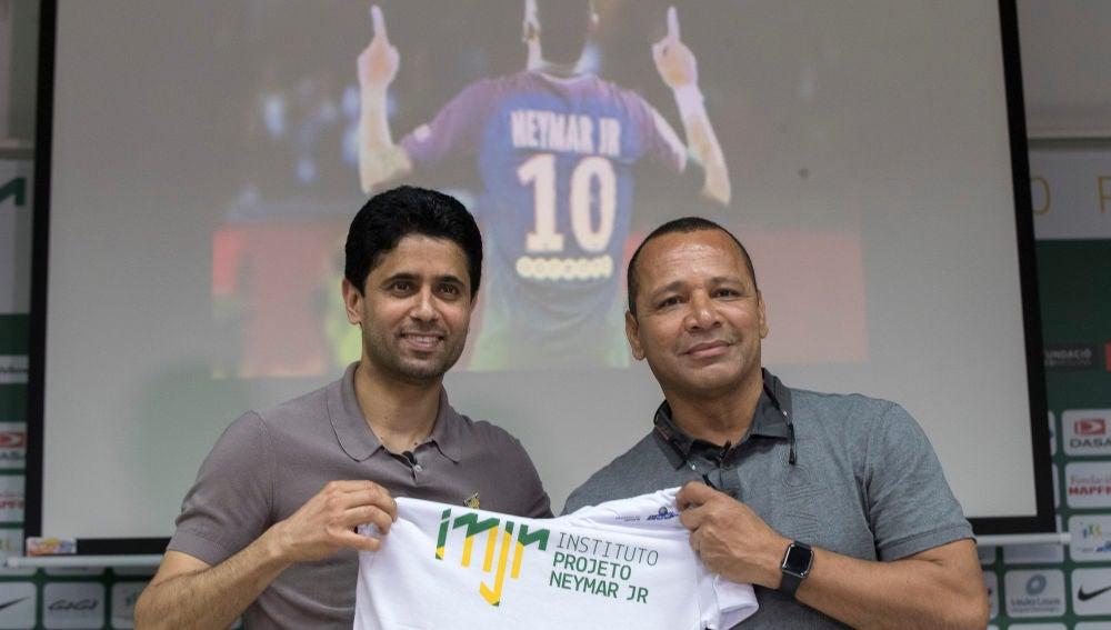 El padre de Neymar junto a Nasser Al Khelaifi, presidente del PSG