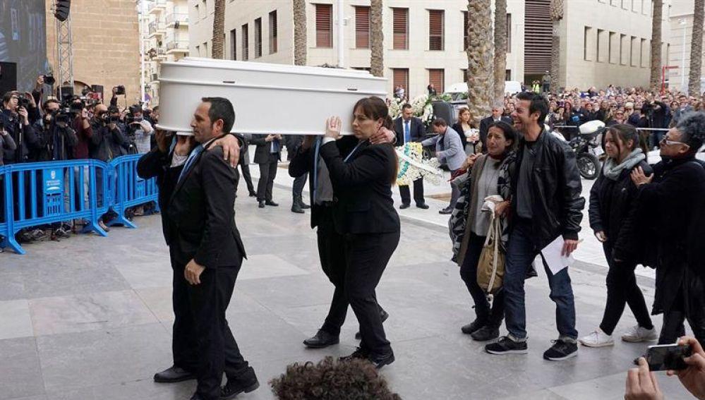 Los padres de Gabriel Cruz acompañan el féretro a la entrada de la Catedral de Almería