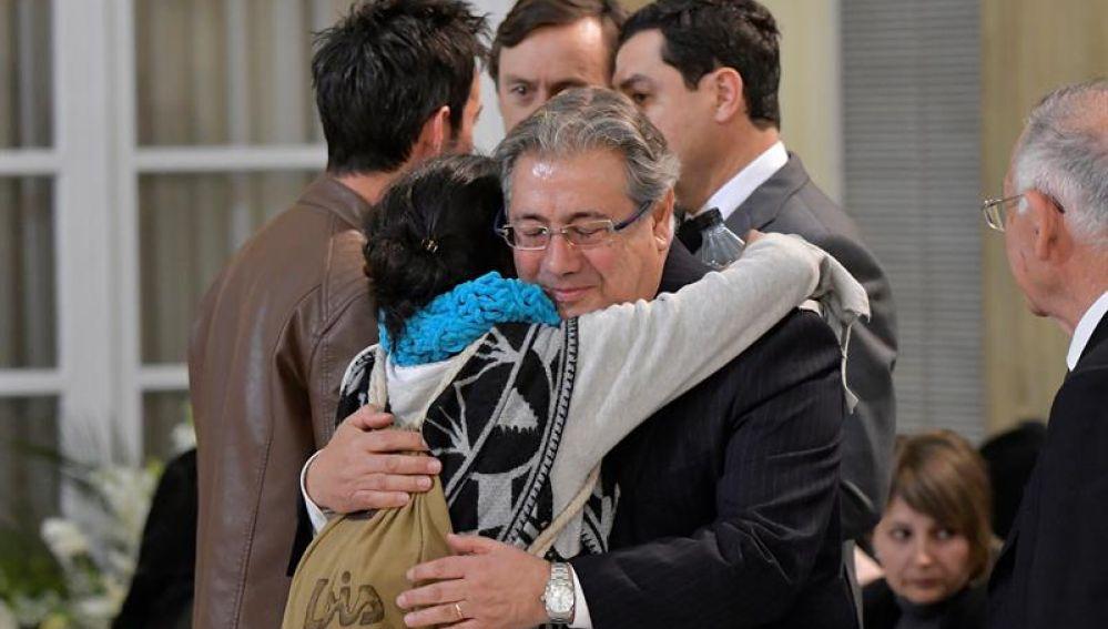 Juan Ignacio Zoido abraza a la madre de Gabriel