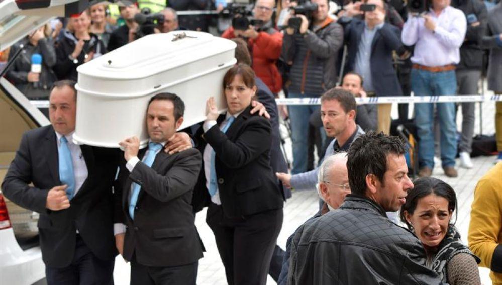 Los padres de Gabriel Cruz, acompañan el féretro a la entrada de la Catedral de Almería