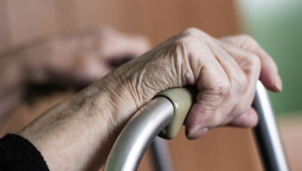 Una anciana con un andador (Archivo)
