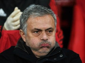 Mourinho, en el banquillo del United