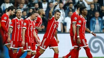 Thiago celebra con sus compañeros su gol ante el Besiktas