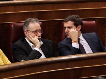 El líder de Ciudadanos, Albert Rivera, conversa con el portavoz del grupo en el Congreso, Juan Carlos Girauta
