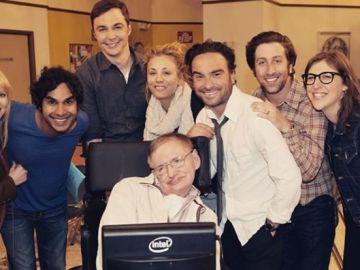 Los actores de The Big Bang Theory posan junto a Stephen Hawking