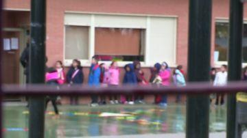 Imagen de archivo de menores en el patio de un colegio