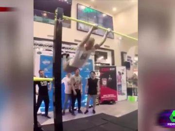La escalofriante caída de un joven en el gimnasio haciendo ejercicios en barra fija