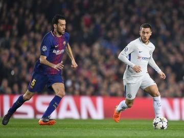 Busquets y Hazard, durante el Barça - Chelsea