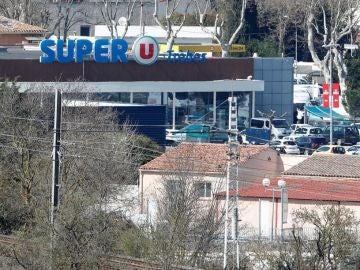Exterior de un supermercado en Francia en el que se ha atrincherado un hombre
