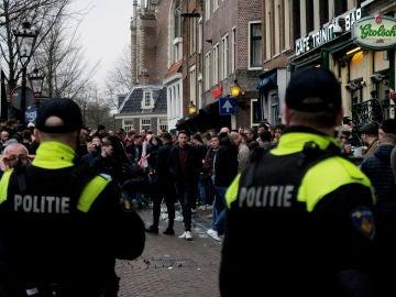 Dos agentes de policía vigilan a los hinchas ingleses en Ámsterdam