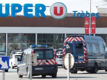 Un gendarme se cambió por uno de los rehenes del supermercado de Francia