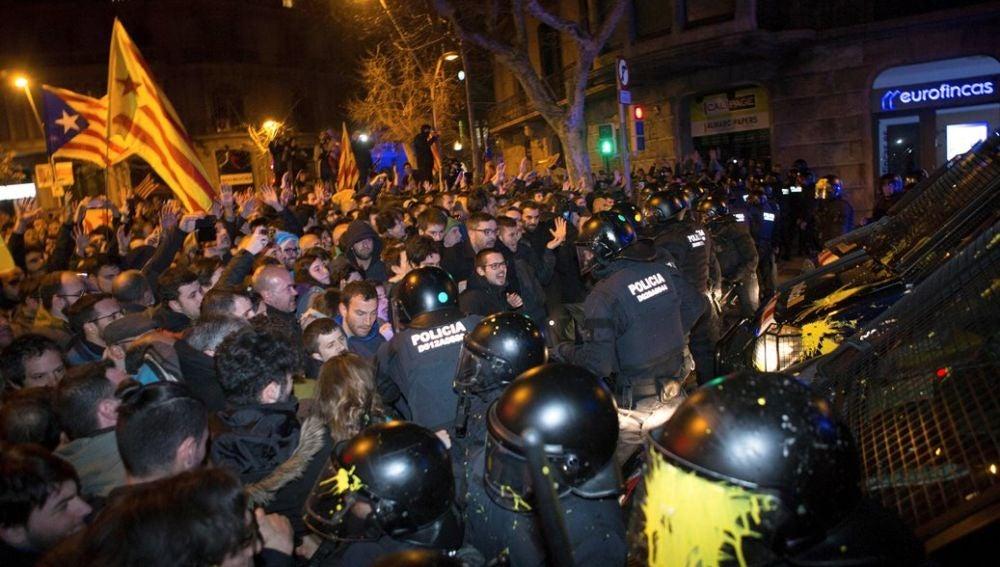 Manifestantes frente a los Mossos en Barcelona