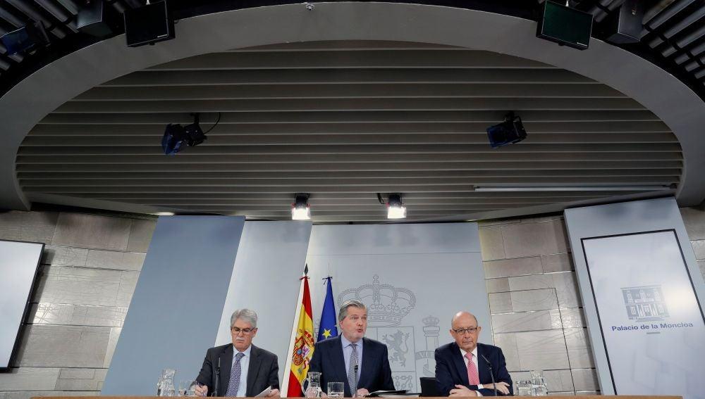 El portavoz del Gobierno y ministro de Educación, Íñigo Méndez de Vigo, junto al ministro de Hacienda, Cristóbal Montoro y el ministro de Asuntos Exteriores, Alfonso Dastis