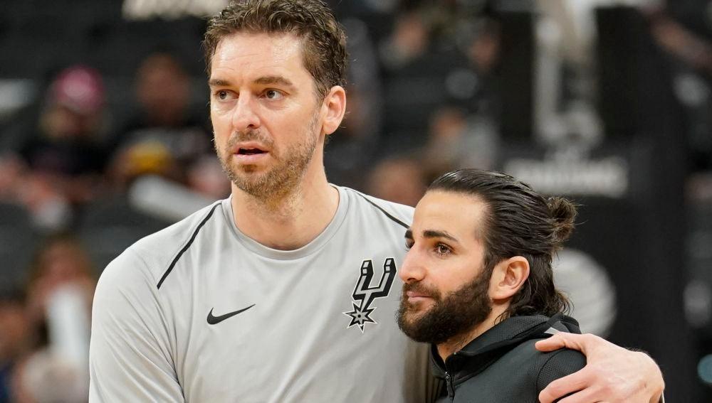 Pau Gasol y Ricky Rubio se saludan antes del Spurs - Jazz