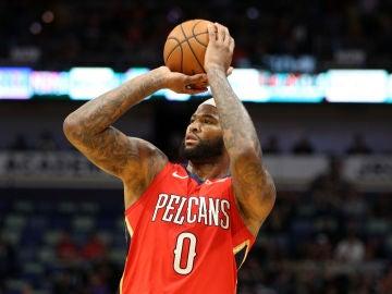 DeMarcus Cousins lanza a canasta en un partido con los Pelicans