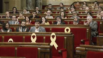 El líder y portavoz de ERC, Sergi Sabriá (c), es aplaudido por sus compañeros del hemiciclo