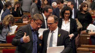 El candidato a la presidencia de la Generalitat, Jordi Turull, conversa con el lider de Catalunya en Comu, Xavier Doménech