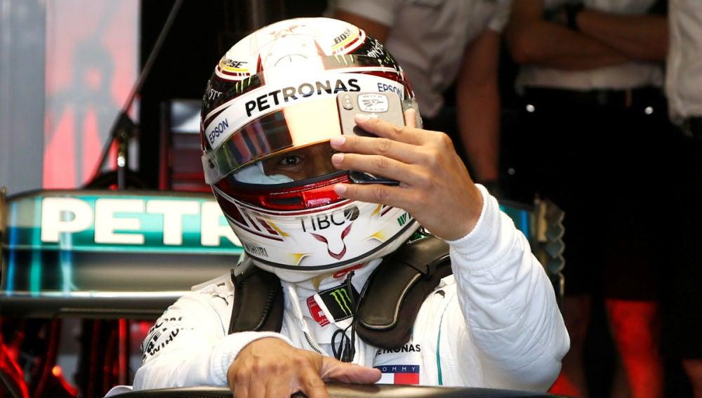 Hamilton se saca un 'selfie' en su Mercedes