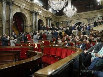 Los diputados de la JxCat y ERC, aplauden a los familiares de los políticos encarcelados