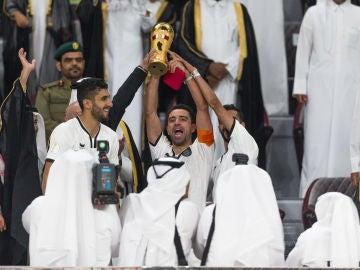 Xavi celebrando un título en Catar