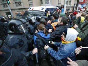 Tensión en la concentración frente a la Delegación del Gobierno en Barcelona