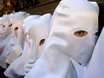 Los penitentes de una hermandad femenina, durante una procesión de Semana Santa